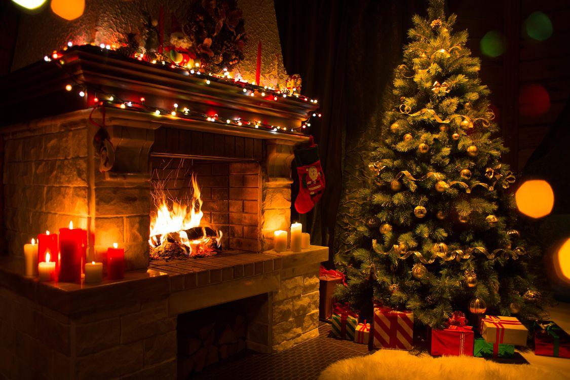 Фото бесплатно Новогодняя елка в интерьере, новый год, новогодняя ёлка, интерьер, камин, подарки, новый год