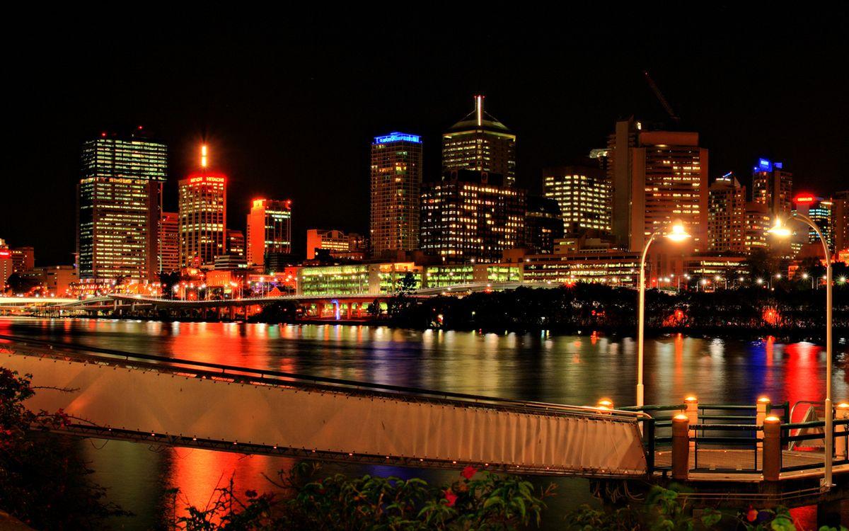 Фото бесплатно ночь, мостик, река, набережная, дома, здания, фонари, огни, город