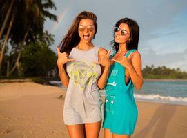 Бесплатные фото две девушки на пляже,майки,песок,пальмы,море,радуга,очки