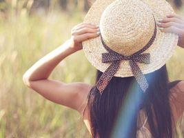 Бесплатные фото лето, поле, девушка, шляпа, брюнетка, красота