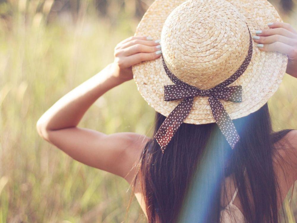 Фото бесплатно лето, поле, девушка, шляпа, брюнетка, красота, девушки