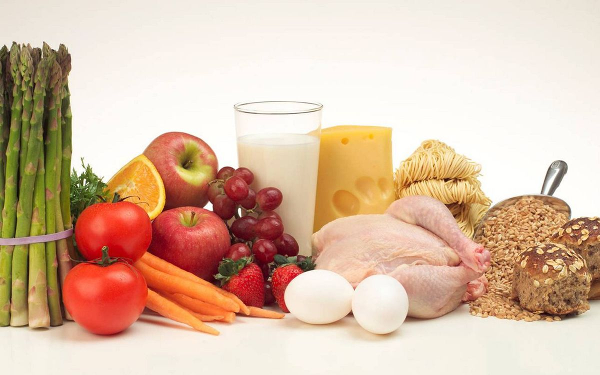 Фото бесплатно спаржа, томаты, морковь, яблоки, виноград, куриная тушка, молоко, булочки, крупа, яйца, сыр, лапша, еда