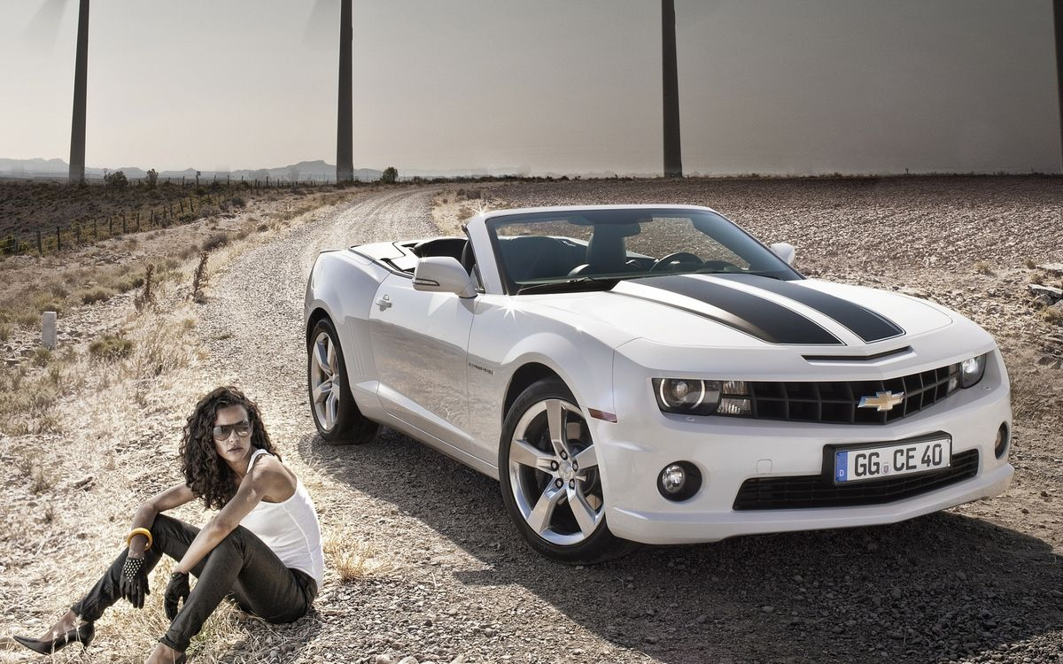 Фото бесплатно шевроле камаро, кабриолет, белый, фары, решетка, диски, девушка, очки, дорога, машины