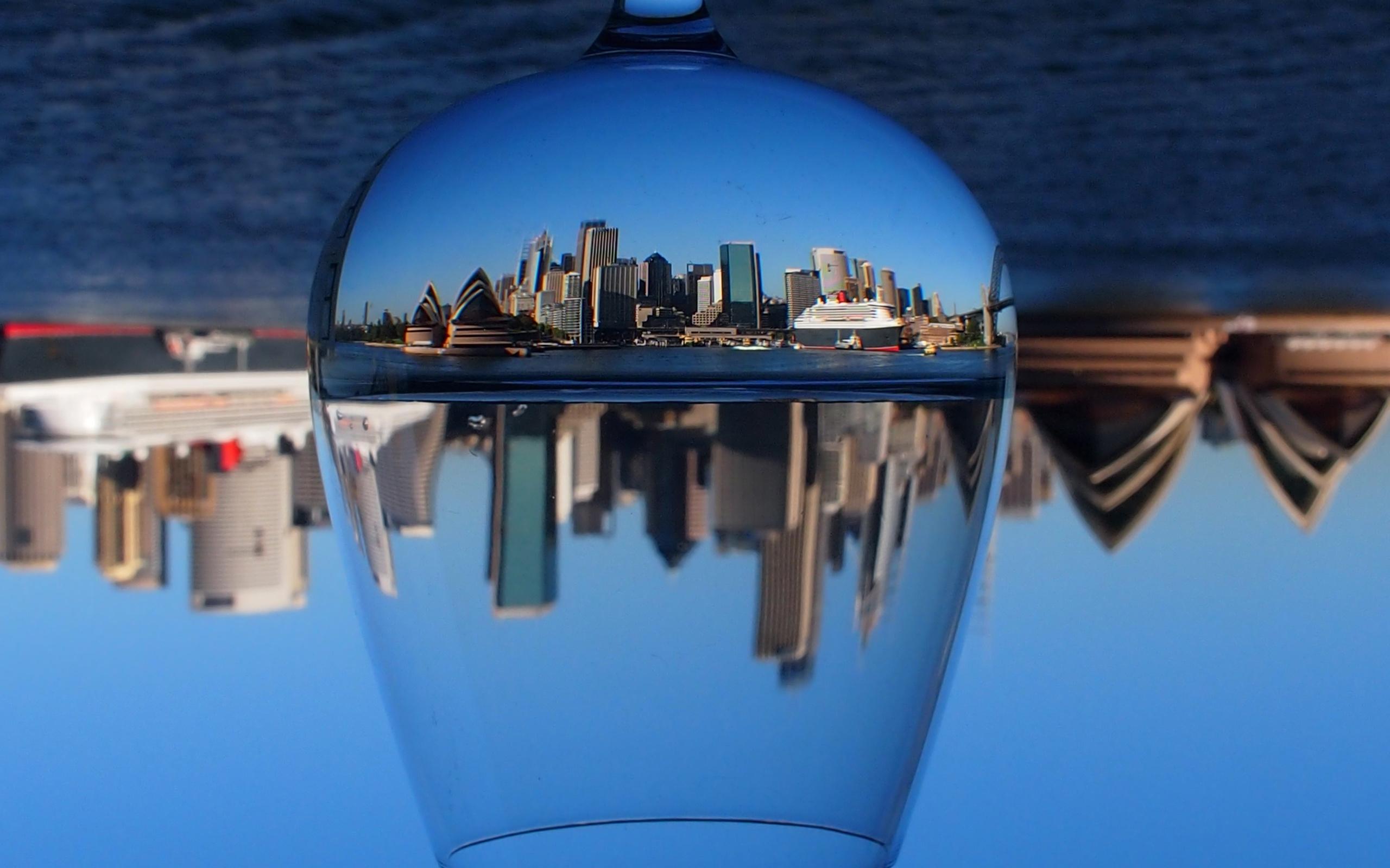 бокал, отражение города, небоскребы