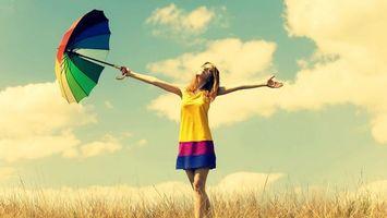 Бесплатные фото девушка,платье,зонтик,разноцветный,поле,трава,лето