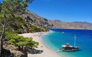 Фото бесплатно море, катер, берег, пляж, шезлонги, люди, горы, камни, растительность