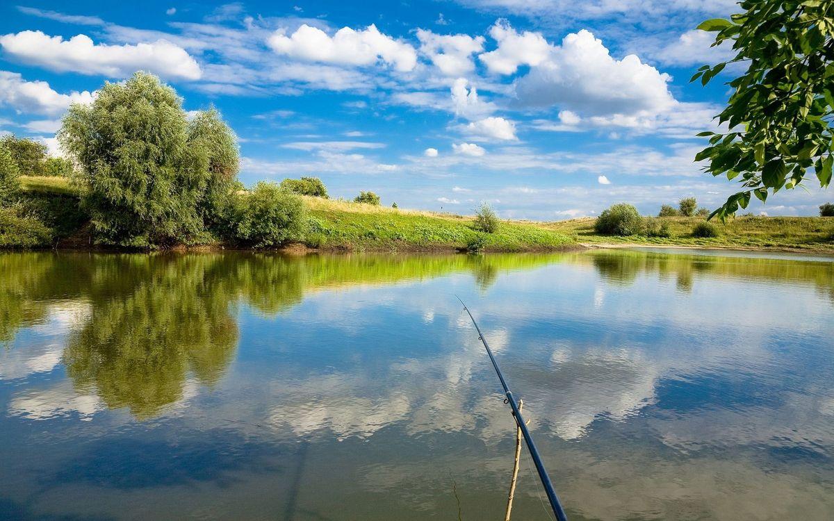 Фото бесплатно удочка, река, отражение, берег, трава, деревья, небо, облака, пейзажи