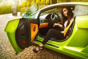 Обои девушка, ярко-зеленая машина