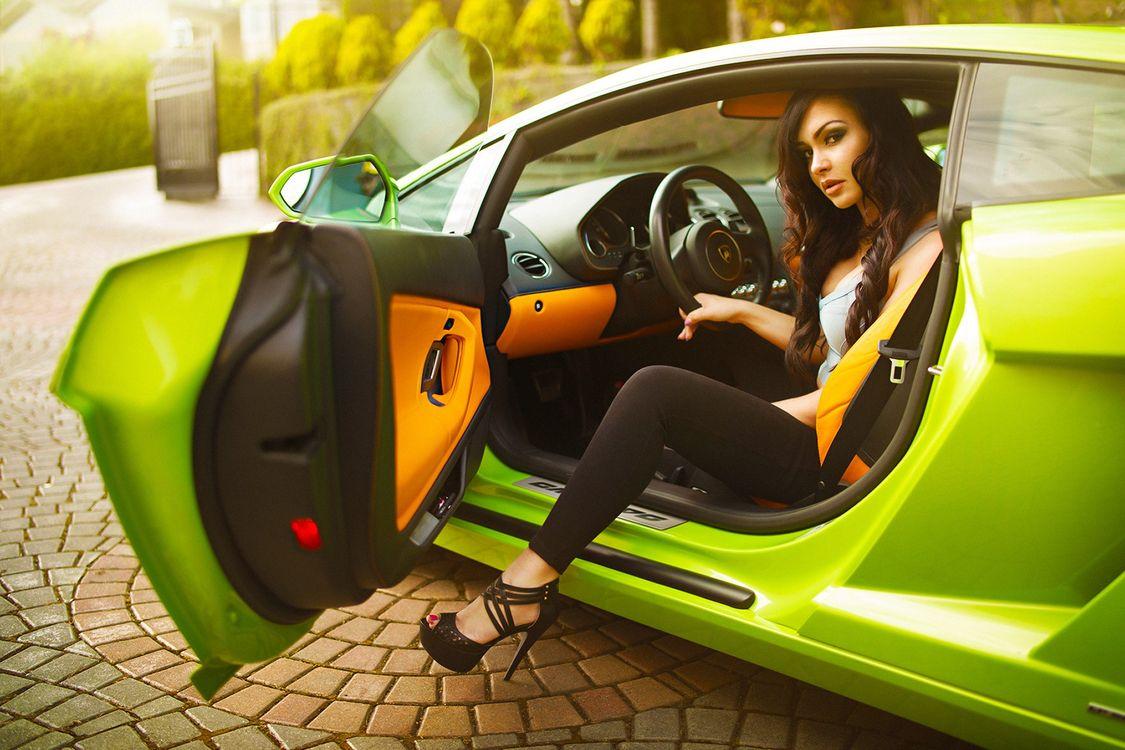Фото бесплатно девушка, ярко-зеленая машина - на рабочий стол