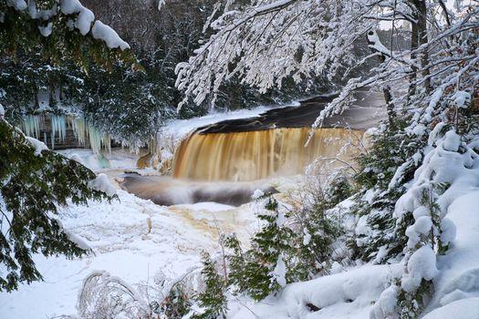 Бесплатные фото winter solstice,upper tahquamenon falls,michigan зима,снег,лес,деревья,река,водопад,сосульки,пейзаж