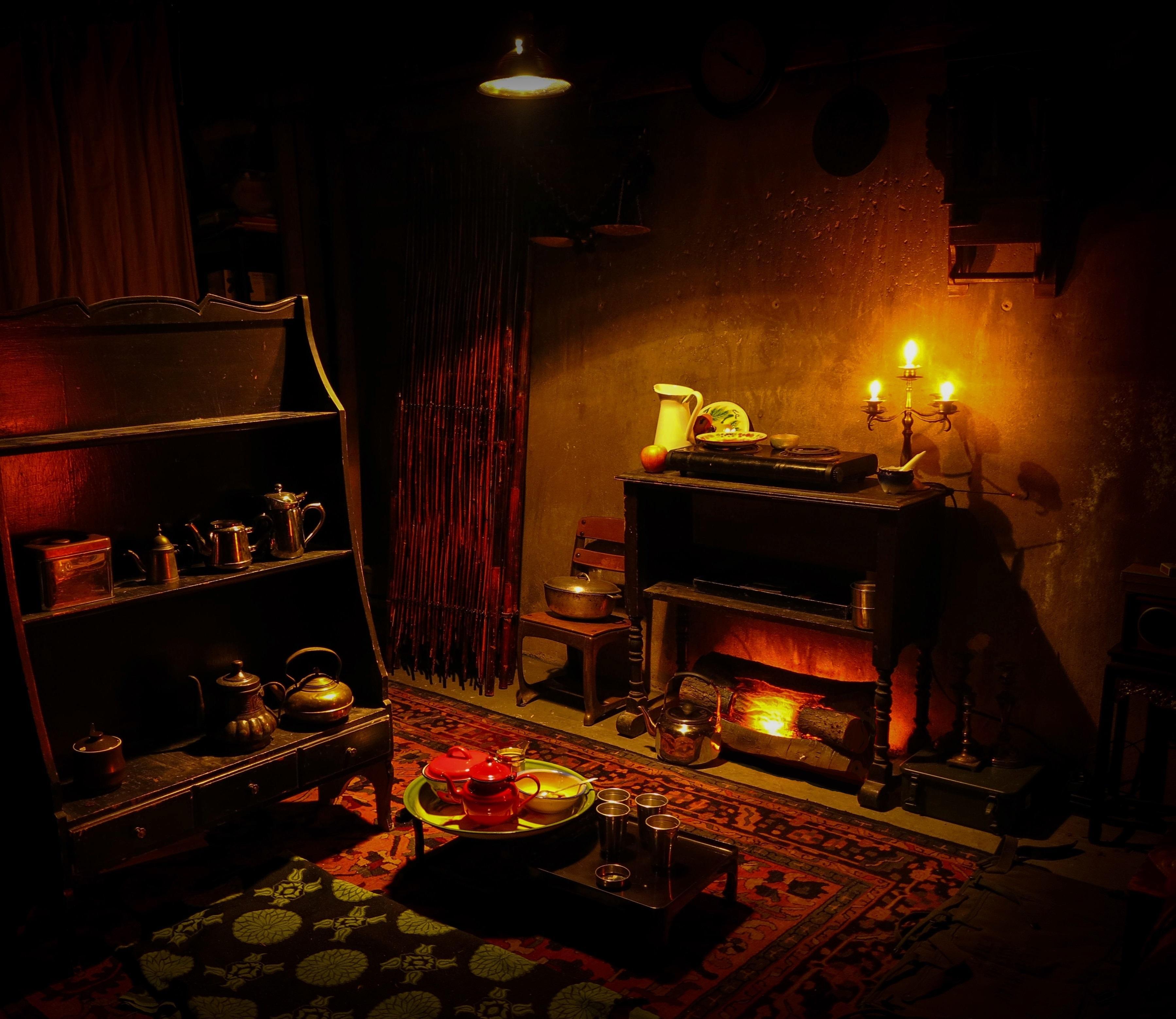 Обои комната, камин, свечи, посуда