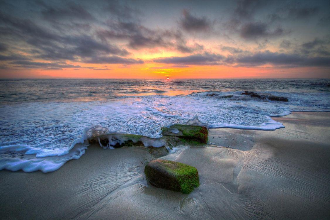 Обои закат, море, берег, волны, пена, камни, пейзаж на телефон | картинки пейзажи