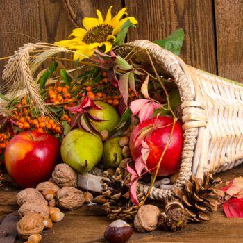 Photo free basket, autumn leaves, nuts
