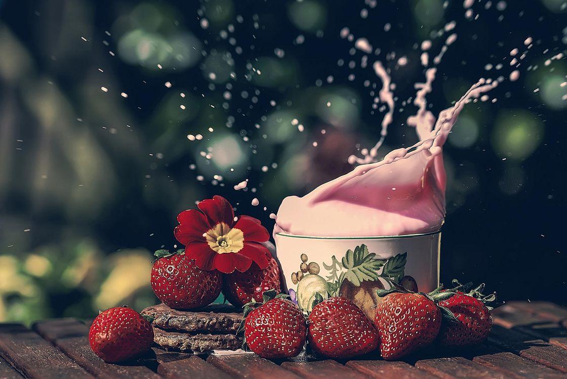 Фото бесплатно клубника, ягоды, сливки - на рабочий стол