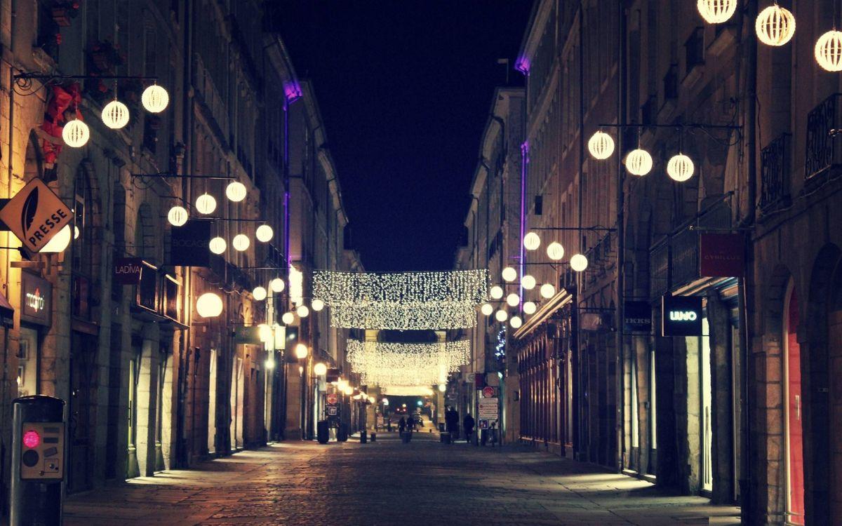 Фото бесплатно ночь, улица, люди, дома, здания, фонари, гирлянды, город