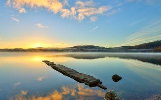 Заставки озеро,мостик,камни,дымка,холмы,растительность,солнце
