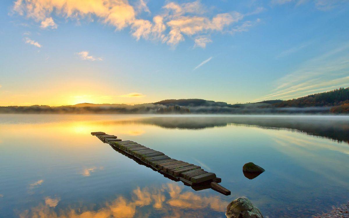 Фото бесплатно озеро, мостик, камни, дымка, холмы, растительность, солнце, восход, небо, облака, пейзажи