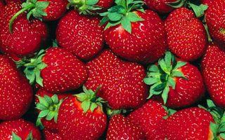 Бесплатные фото ягода,клубника,красная,спелая,хвостики,зеленые