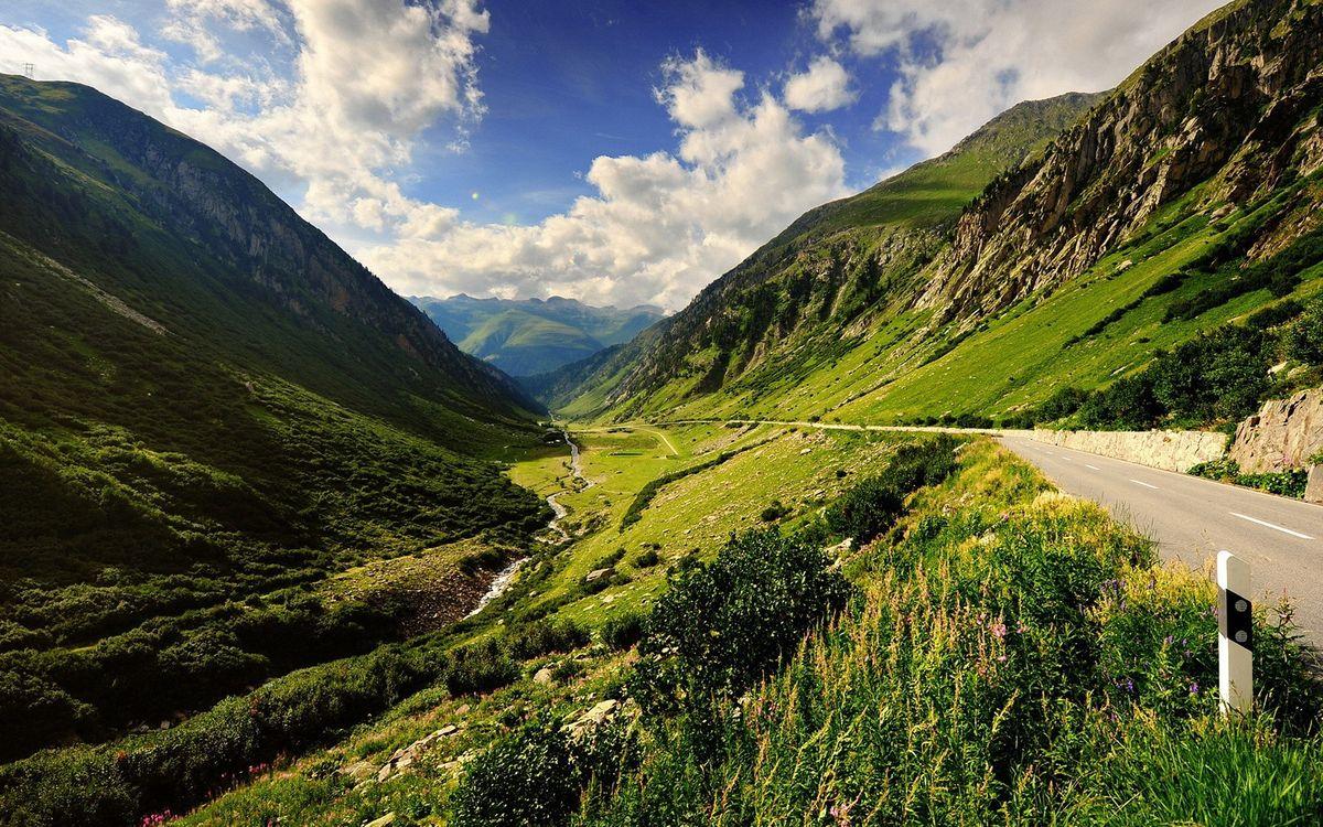 Фото бесплатно горы, трава, ручей, камни, дорога, небо, облака, пейзажи