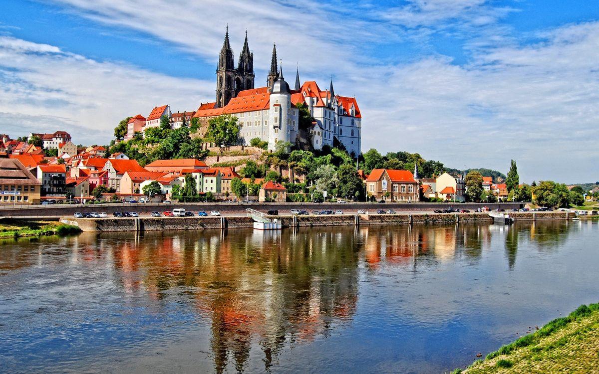 Фото бесплатно река, набережная, дорога, автомобили, дома, здание, деревья, замок, город