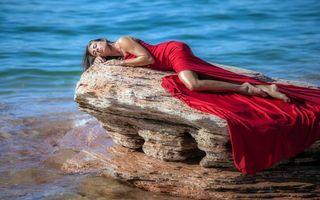 Бесплатные фото море,камень,девушка,поза,платье красное