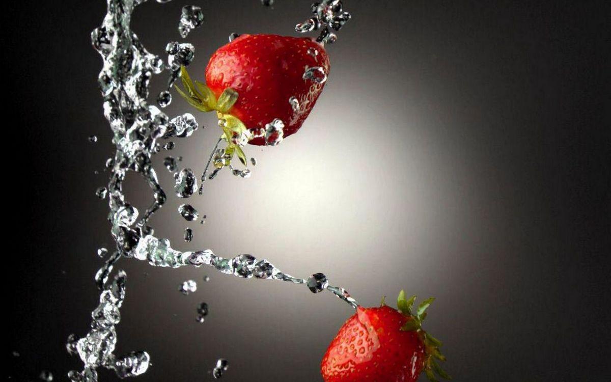 Фото бесплатно ягода, клубника, красная, хвостики, вода, брызги, еда