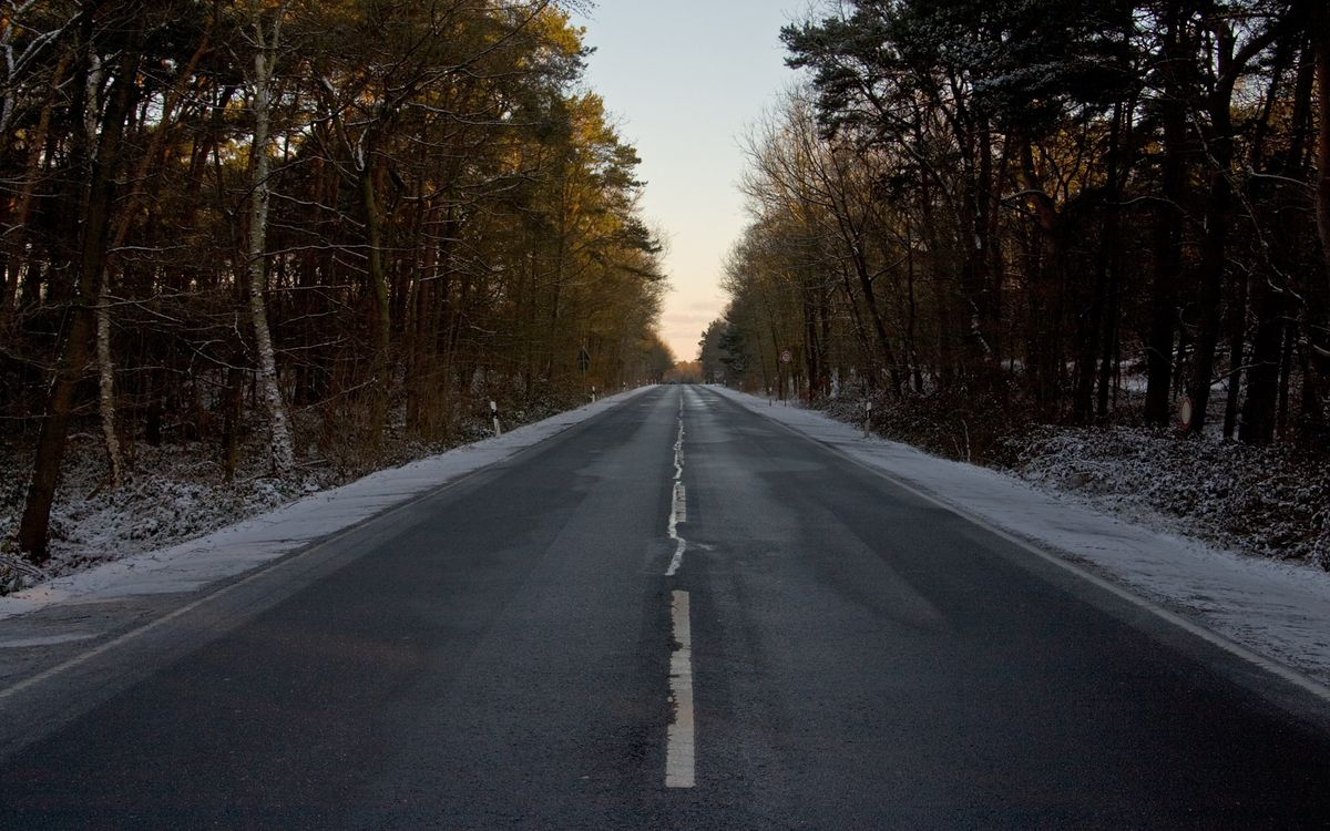 Фото бесплатно дорога, асфальт, разметка, обочина, трава, снег, деревья, пейзажи