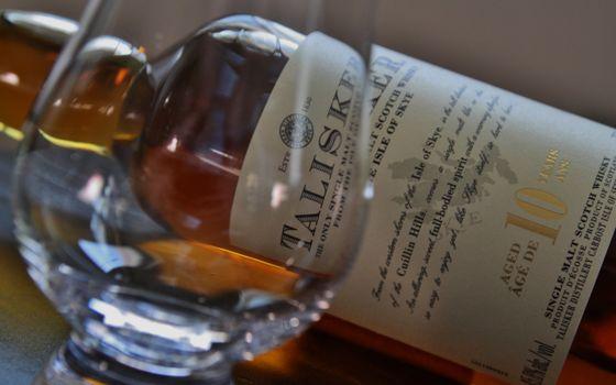 Бесплатные фото виски,Talisker,бутылка,фужер,алкоголь