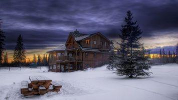 Бесплатные фото вечер,зима,лес,деревья,дом,стол,лавочки