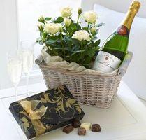Фото бесплатно корзинка, стол розы, конфеты