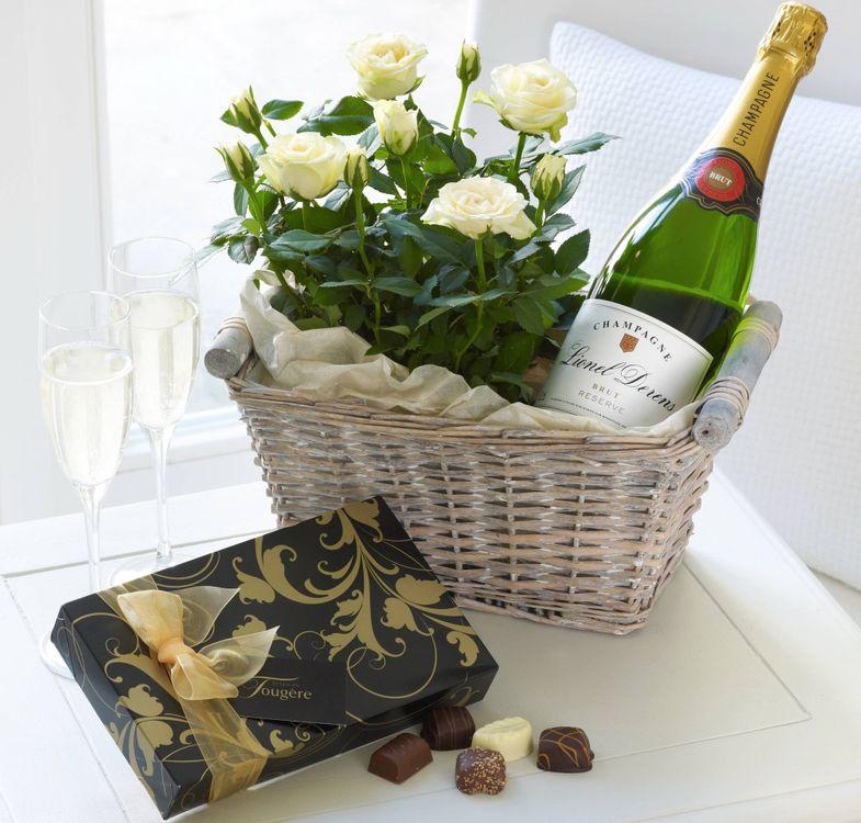 Фото бесплатно корзинка, стол розы, конфеты - на рабочий стол
