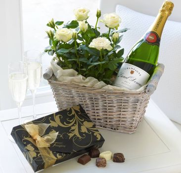 Photo free basket, table, roses