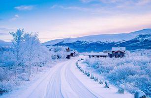 Заставки поселок,дома,дорога,зама,сугробы,снег,гора