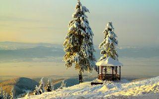 Бесплатные фото зима,снег,горы,беседка,елки,камни,валуны