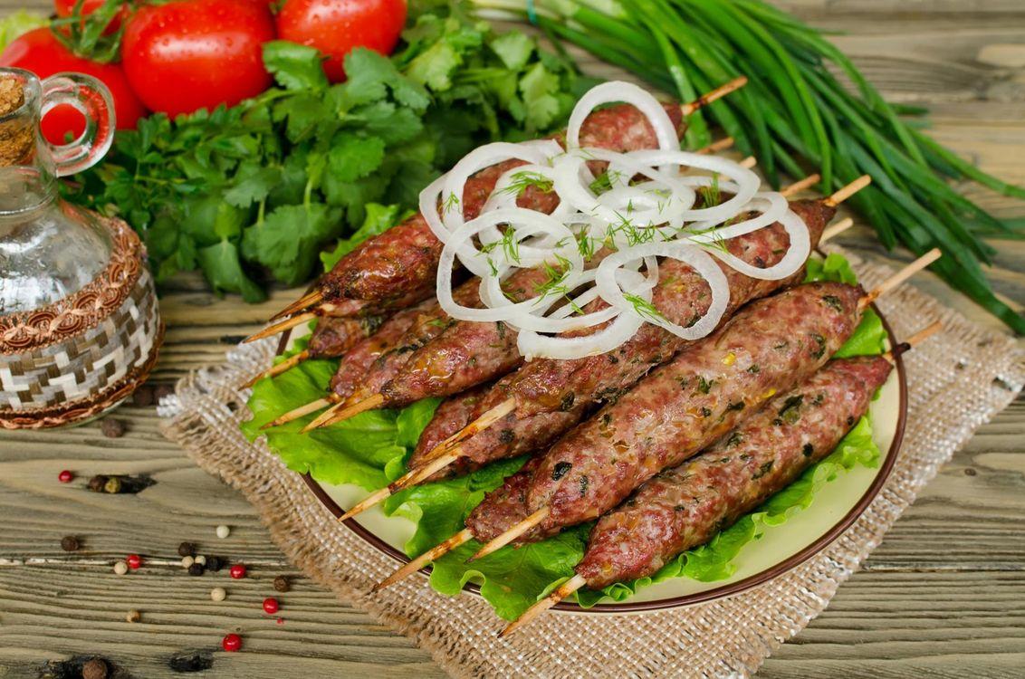 Фото бесплатно лук, люля-кебаб, зелень, помидоры, мясо, еда