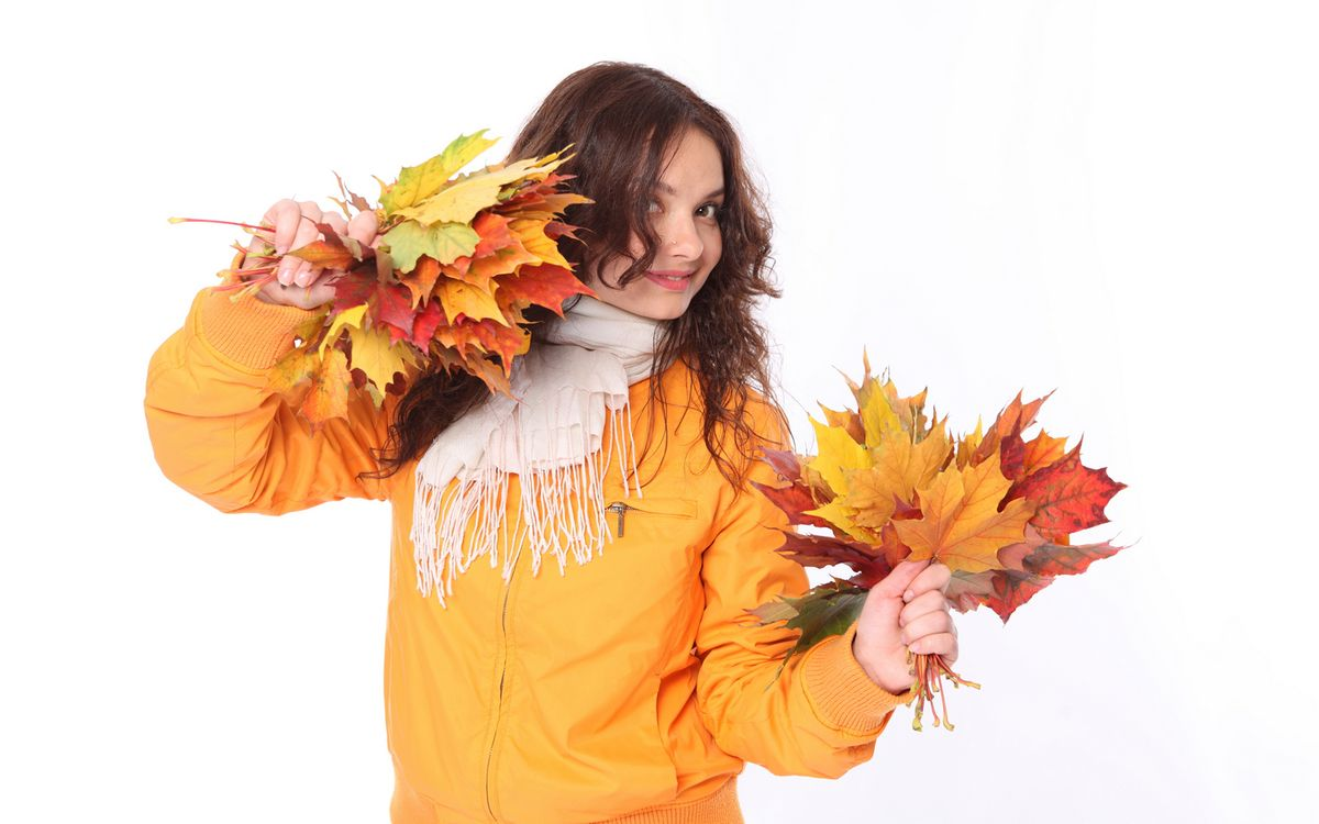 Фото бесплатно девочка, куртка, шарф, листья, фон белый, разное