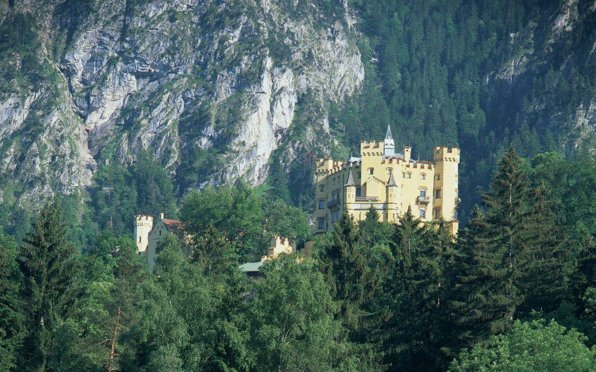 Фото бесплатно замок, башни, окна, деревья, горы, скалы, пейзажи - скачать на рабочий стол