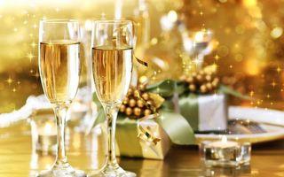 Бесплатные фото новый год,фужеры,шампанское,свечи,подарок,блеск
