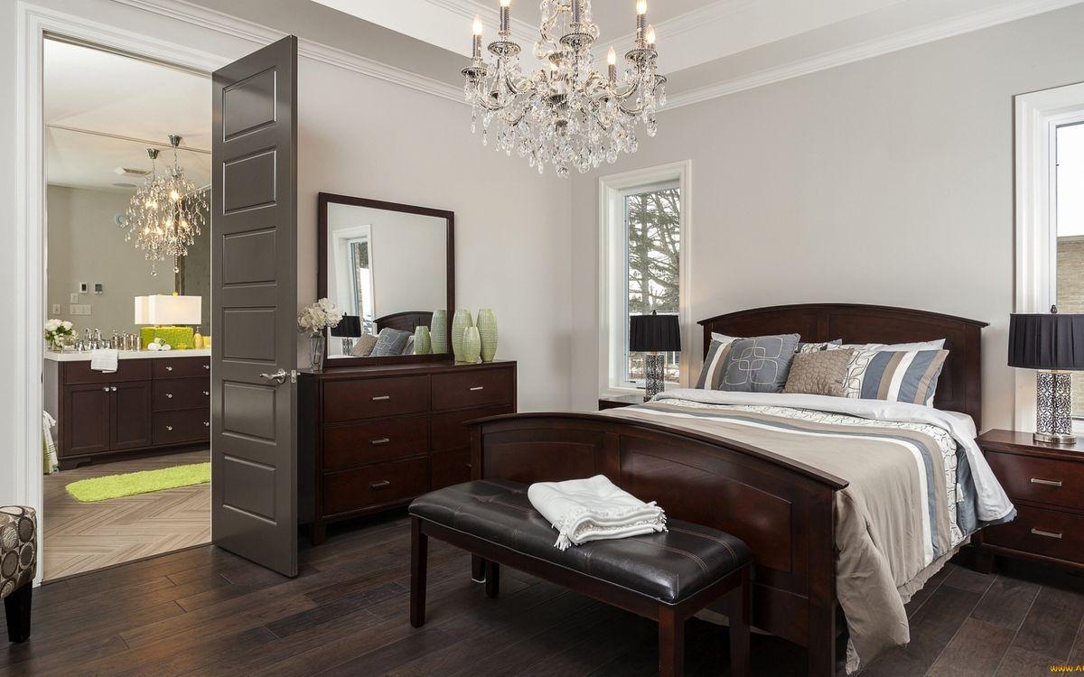 Фото бесплатно спальня, кровать, постель, комод, зеркало, тумбочки, светильники, окна, люстра, дверь, ванная комната, интерьер
