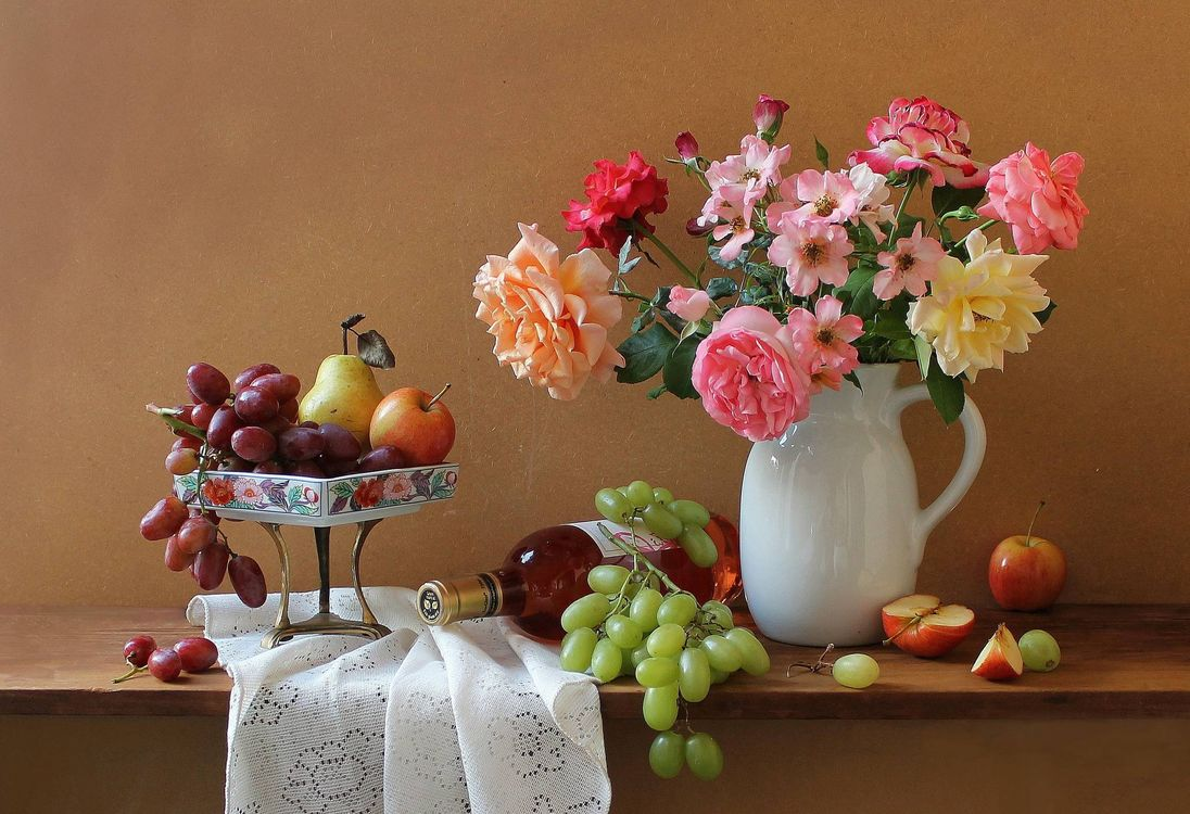 Фото бесплатно яблоки, виноград, вино, бутылка, цветы, розы, букет, кувшин, натюрморт, разное