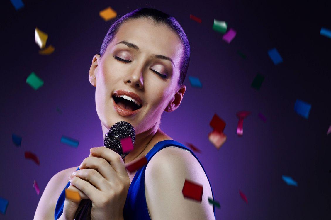 Фото бесплатно улыбка, микрофон, настроение - на рабочий стол