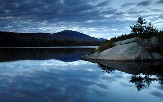 Фото бесплатно озеро, гладь, отражение, камни, деревья, горы, небо, облака