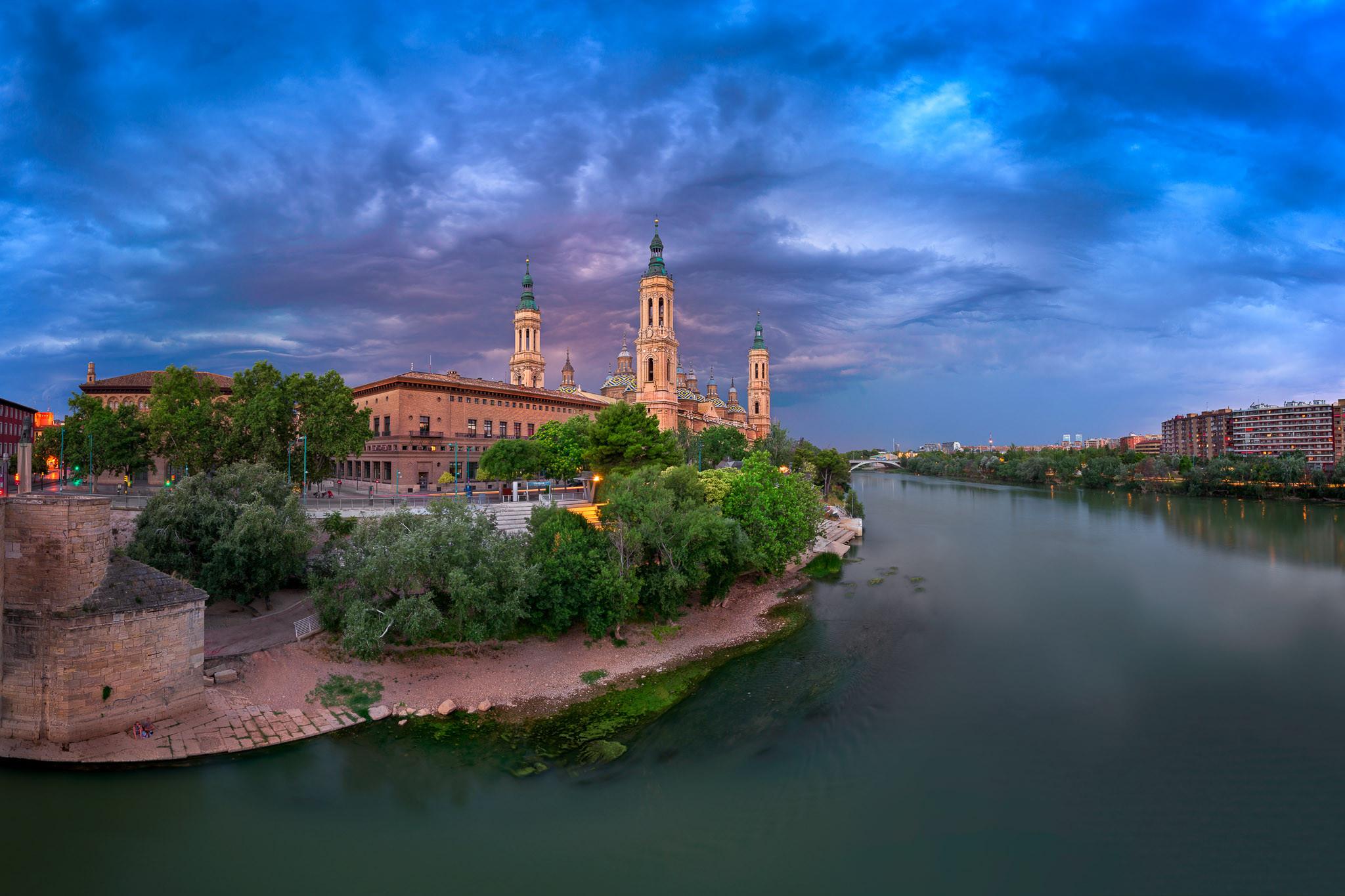 обои Базилика Богоматери Столпа и реки Эбро в вечернее время, Сарагоса, Арагон, Испания картинки фото