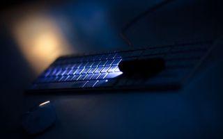 Обои ночь, луч света, клавиатура, фонарик, компьютер