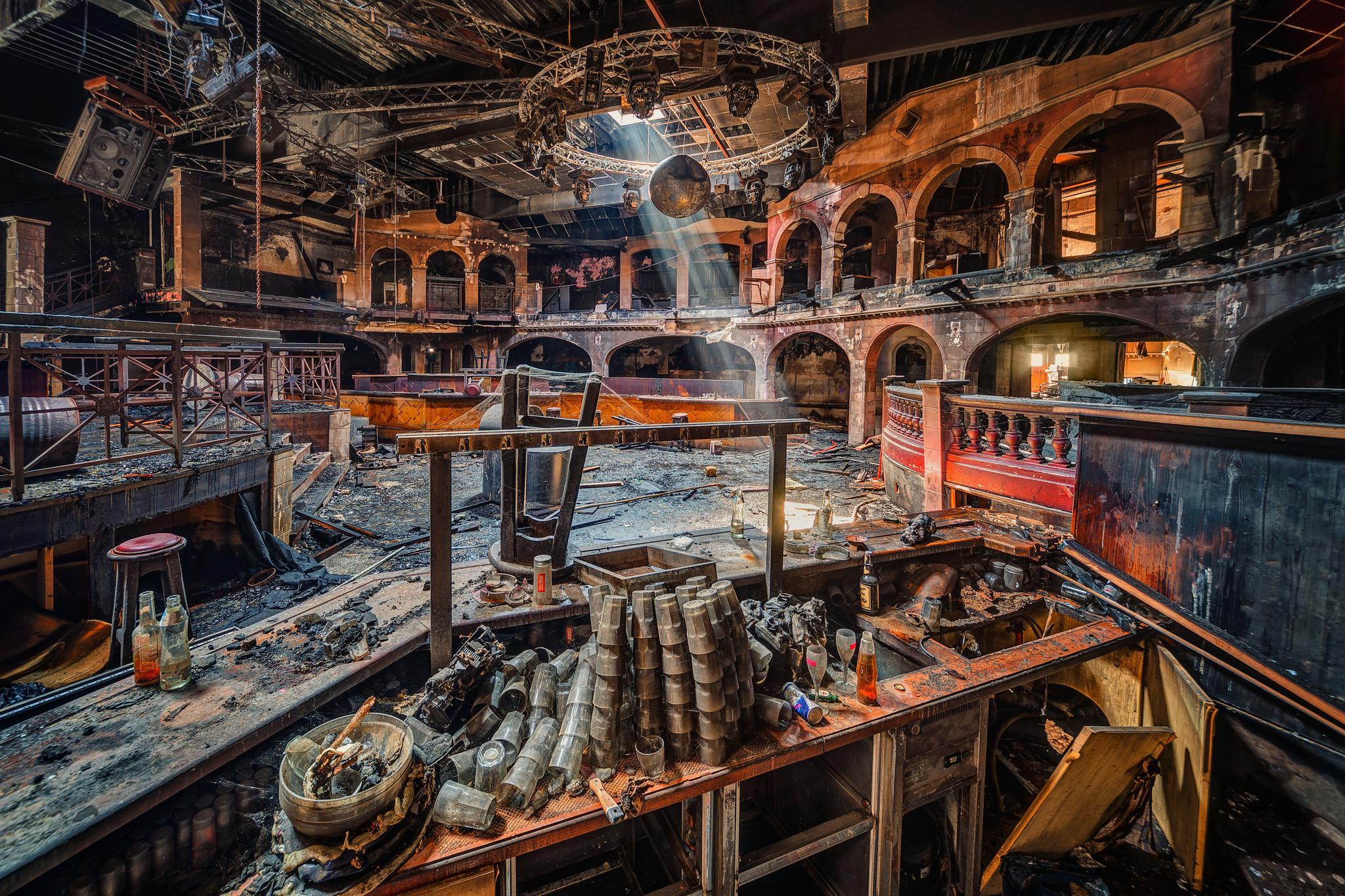 Обои заброшенный ночной клуб, диджей, руины, архитектура