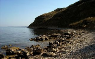 Фото бесплатно озеро, берег, камни, холм, растительность, небо