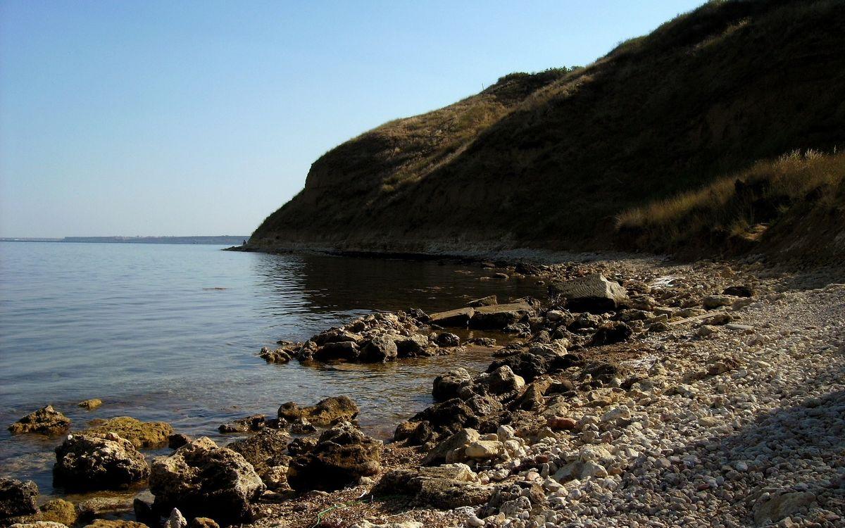 Фото бесплатно озеро, берег, камни, холм, растительность, небо, природа - скачать на рабочий стол