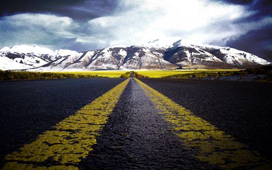 Бесплатные фото шоссе,полосы,поле,горы,облака