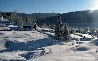 Фото бесплатно зима, деревня, дома, строения, деревья, горы, снег, сугробы, небо