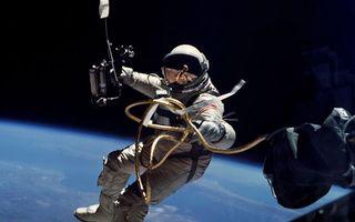 Бесплатные фото космонавт,скафандр,шланг,станция,орбита,земля